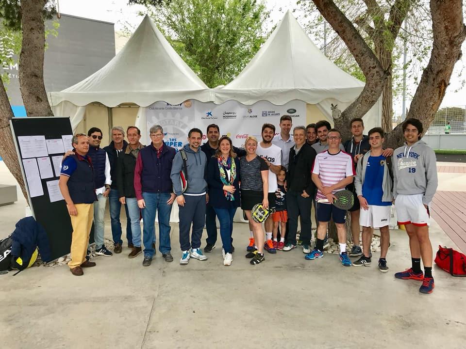 Patrocinadores, participantes y concejales del V Torneo Benéfico de Pádel …